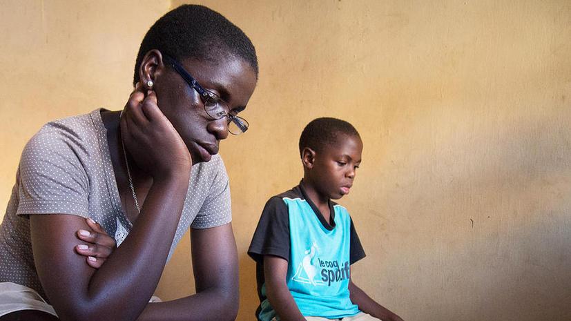 Дети Уганды страдают от редкого заболевания: они не могут перестать кивать