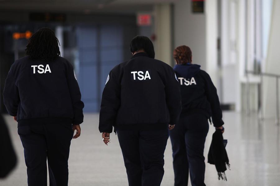 Сотрудник аэропорта в США проверял и фотографировал, что у пассажирок под юбками