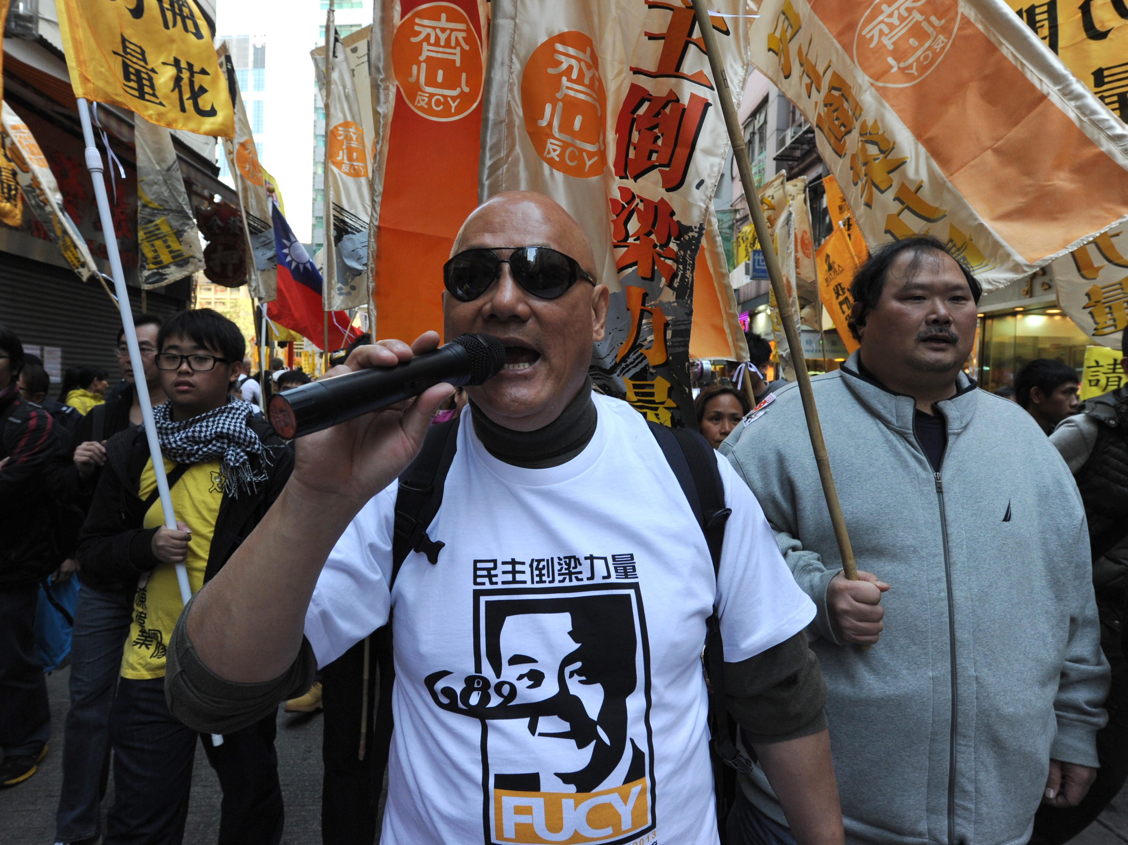 В Гонконге десятки тысяч человек протестуют против местных властей