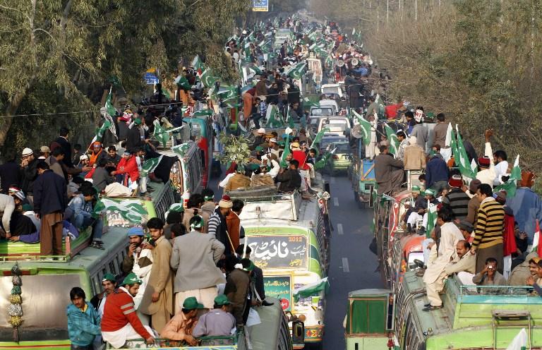 Пакистанский проповедник ведет тысячи сторонников на Исламабад, требуя политических реформ