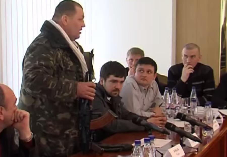 Радикал с «евромайдана» появился на заседании облсовета Ровно с оружием в руках