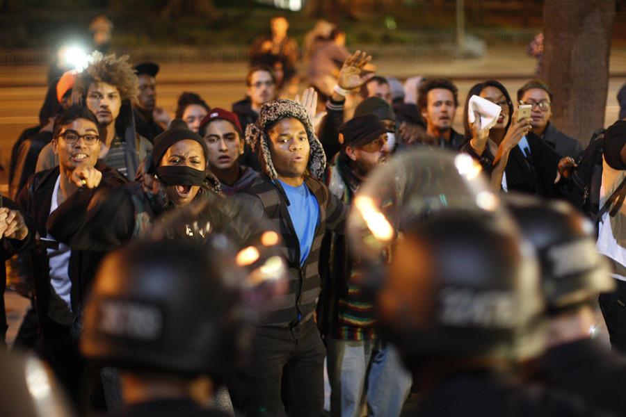 Ситуация в Фергюсоне остаётся напряжённой: сотни людей остаются на улицах
