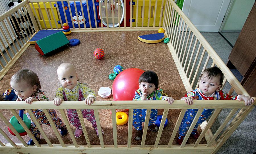 Госдума может запретить американцам усыновлять российских детей