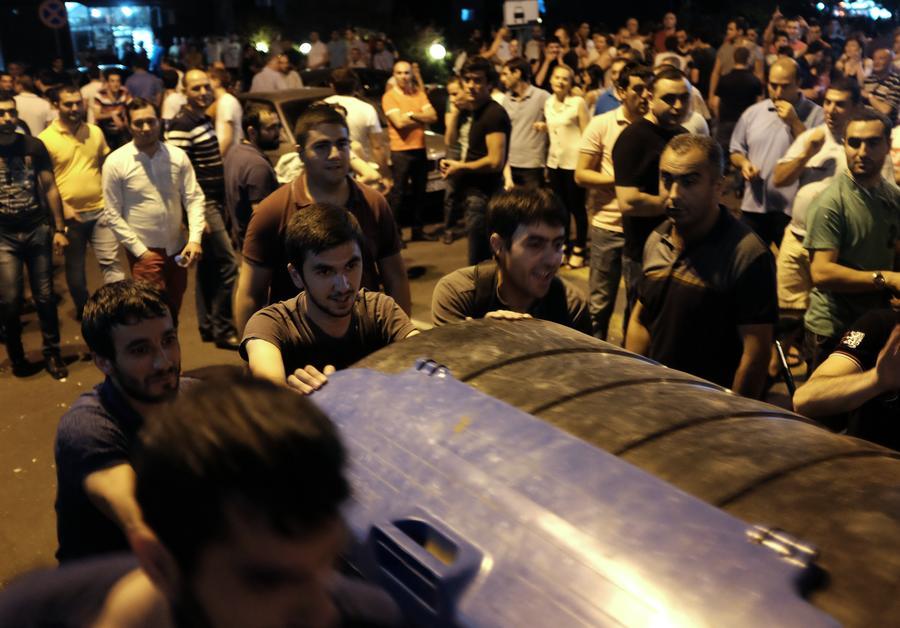 Протестующие в Ереване отказались встретиться с президентом Армении