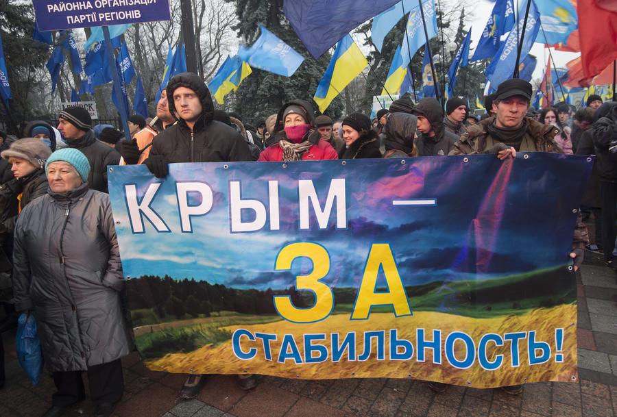 Тысячи жителей Севастополя вышли на митинг против оппозиции