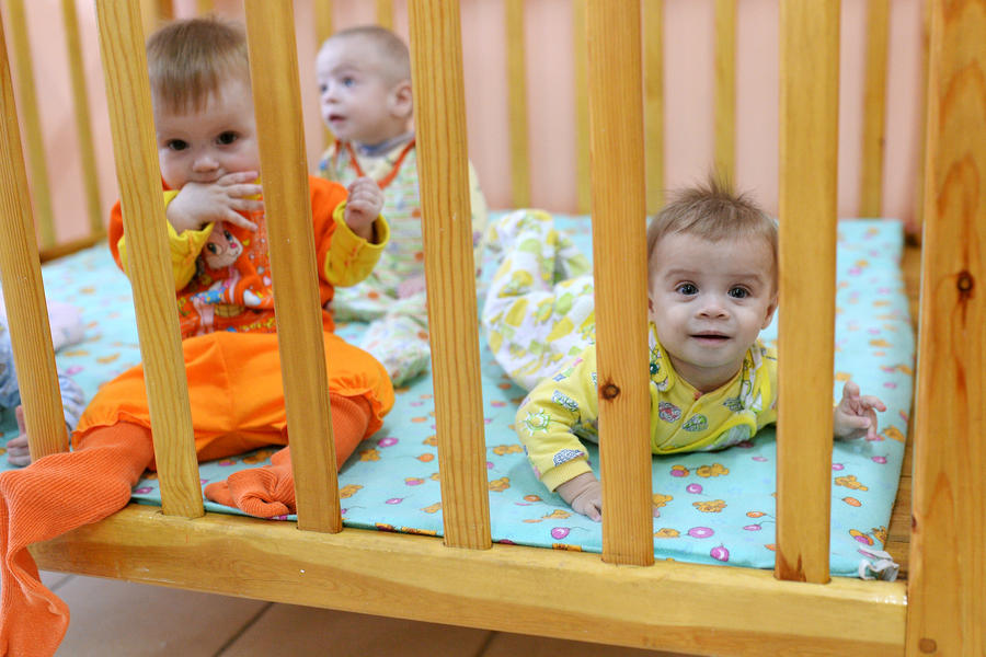 Всем иностранцам могут запретить усыновлять российских детей