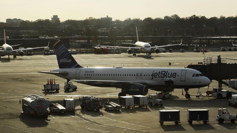 Сразу два пассажирских самолета совершили вынужденные посадки по нелепым причинам