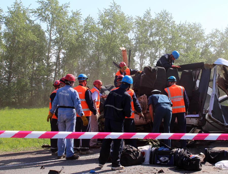 Под Волгоградом Lada Priora столкнулся с автобусом, пытаясь обогнать «КАМАЗ»: шесть человек погибли