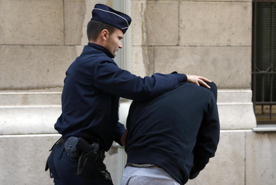 Французские власти предъявили паре британцев обвинения в торговле людьми