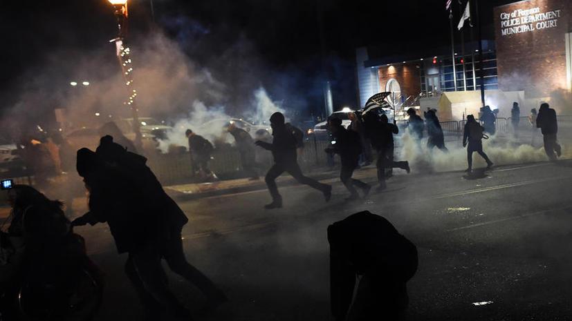 Обстановка в Фергюсоне накаляется: полиция применила слезоточивый газ