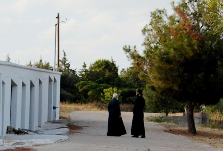 Евротройка требует лишить греческих священников денег