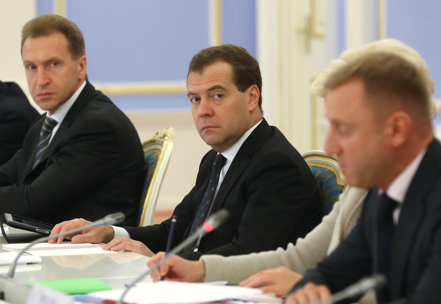 Дмитрий Медведев решил сократить число региональных чиновников