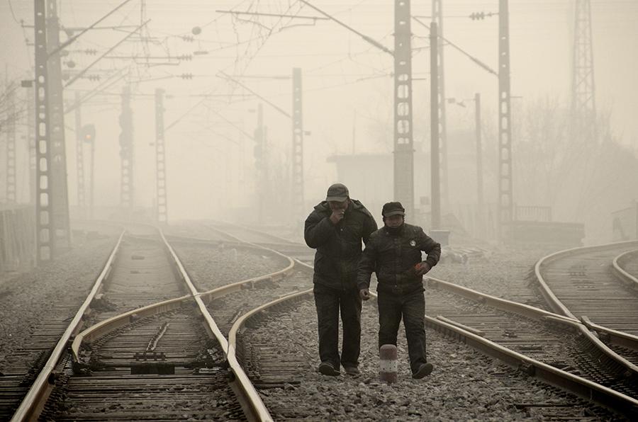 Из-за смога жители Пекина вынуждены ходить в противогазах даже дома