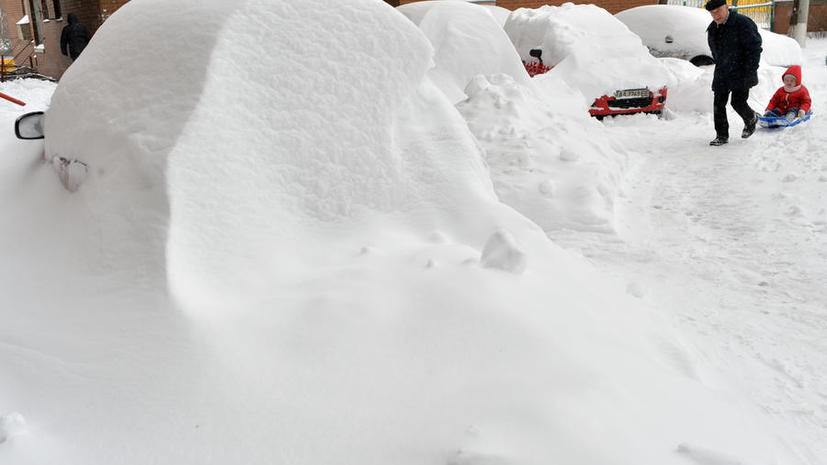 С последствиями снегопада в Киеве борется бронетехника