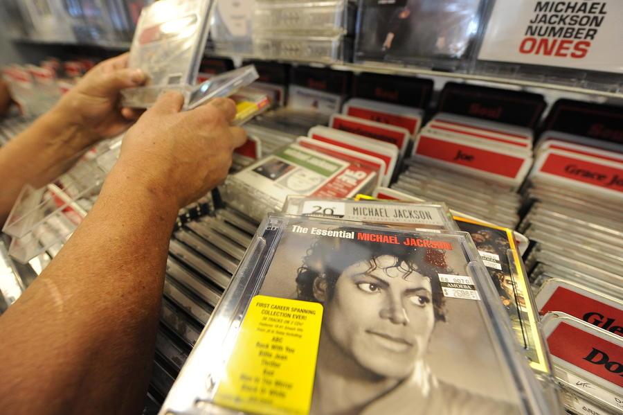 Universal подала в суд на компании, продающие музыкальные диски заключённым