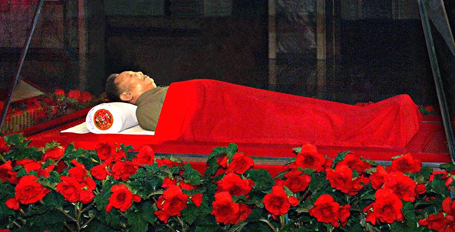Ким Чен Ира выставили напоказ в прозрачном гробу