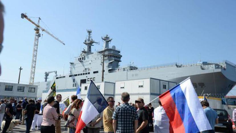 Во Франции прошла акция в поддержку передачи России вертолётоносцев «Мистраль»