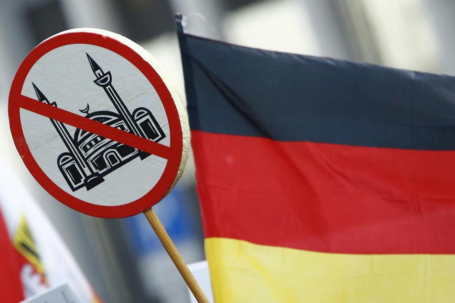 Вседозволенность vs толерантность: эксперт рассказал RT о причинах конфликта беженцев и европейцев