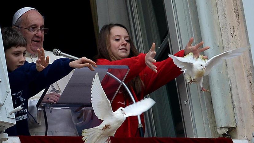 Недоброе предзнаменование: на белых голубей Папы Римского напали ворона и чайка