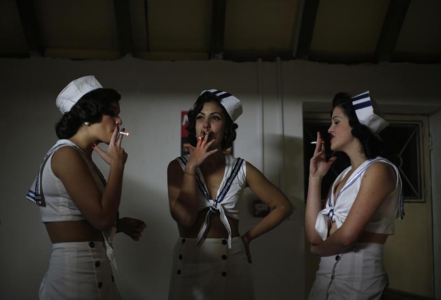 Ученые: мужчины курят за компанию, а женщины – от стресса