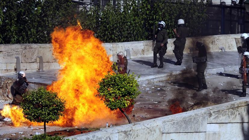 Бои в центре Афин: Демонстранты штурмуют парламент, сотни задержанных