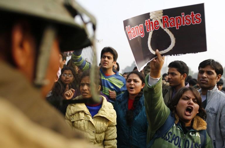 В столице Индии запретили собираться группами больше пяти человек