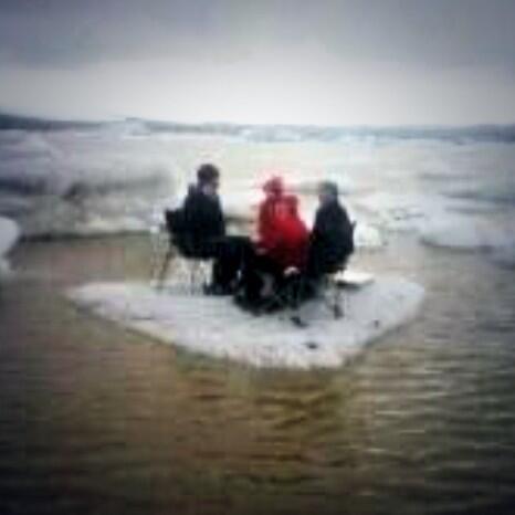 В Исландии американских туристов спасли с отколовшейся льдины