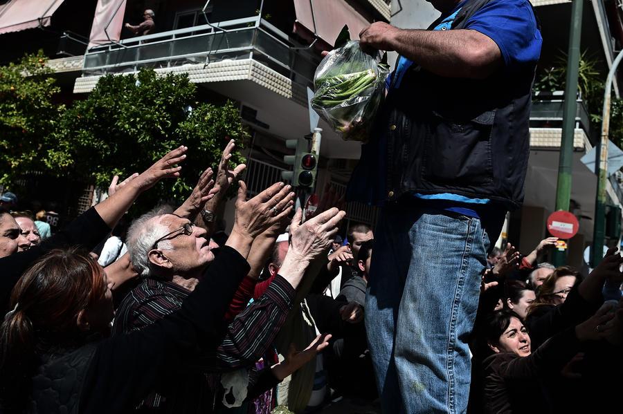 Греческие фермеры не нашли применения фруктам и раздают их бесплатно