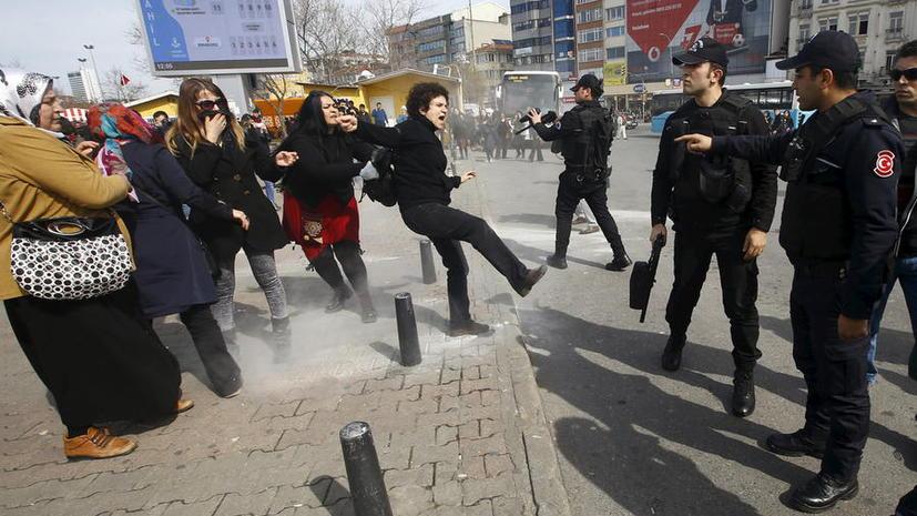 Турецкая полиция разогнала резиновыми пулями демонстрацию женщин в преддверии 8 марта в Стамбуле
