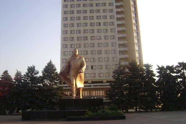 Двух защитников памятника Ленину обстреляли на Украине