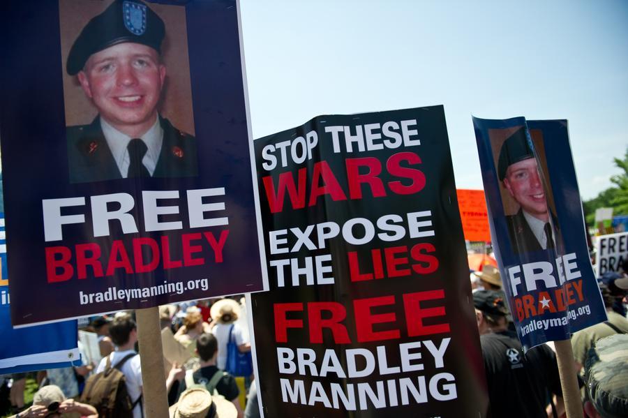 Сотни американцев вышли на демонстрацию в поддержку информатора WikiLeaks Брэдли Мэннинга