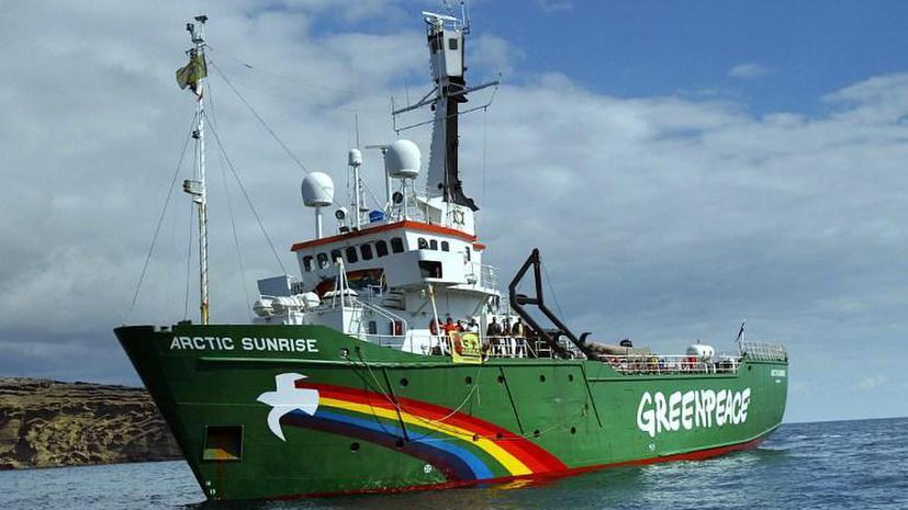 Судно Greenpeace, задержанное российскими пограничниками, отбуксировали в порт Мурманска