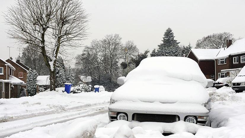 Британские полицейские зарабатывают на снегопаде