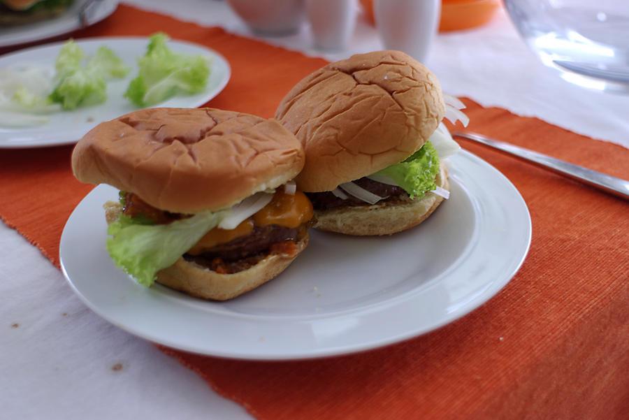 Первый гамбургер «из пробирки» готов к употреблению