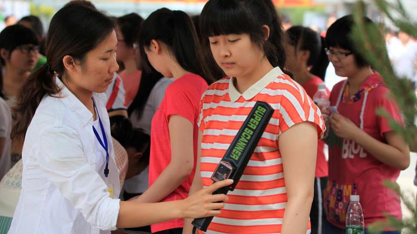Китайские вузы сняли с абитуриенток бюстгальтеры