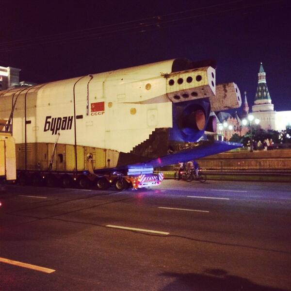 В Москве прошла уникальная операция по транспортировке космического корабля «Буран»
