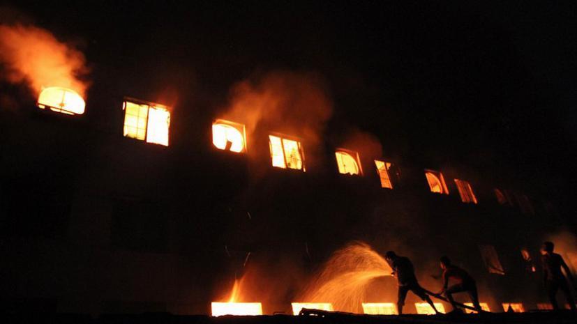 В пожаре на швейной фабрике в Бангладеш погибли более 100 человек