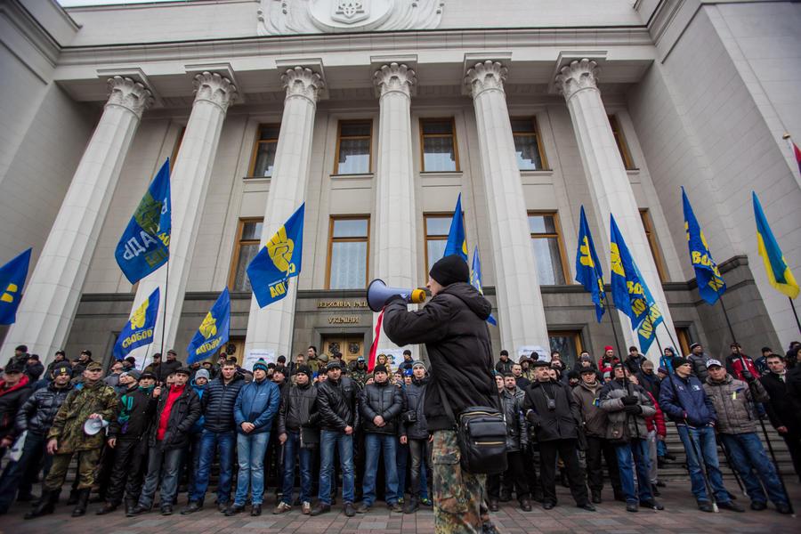 Власти Украины требуют до конца вторника прекратить в стране вещание российских каналов