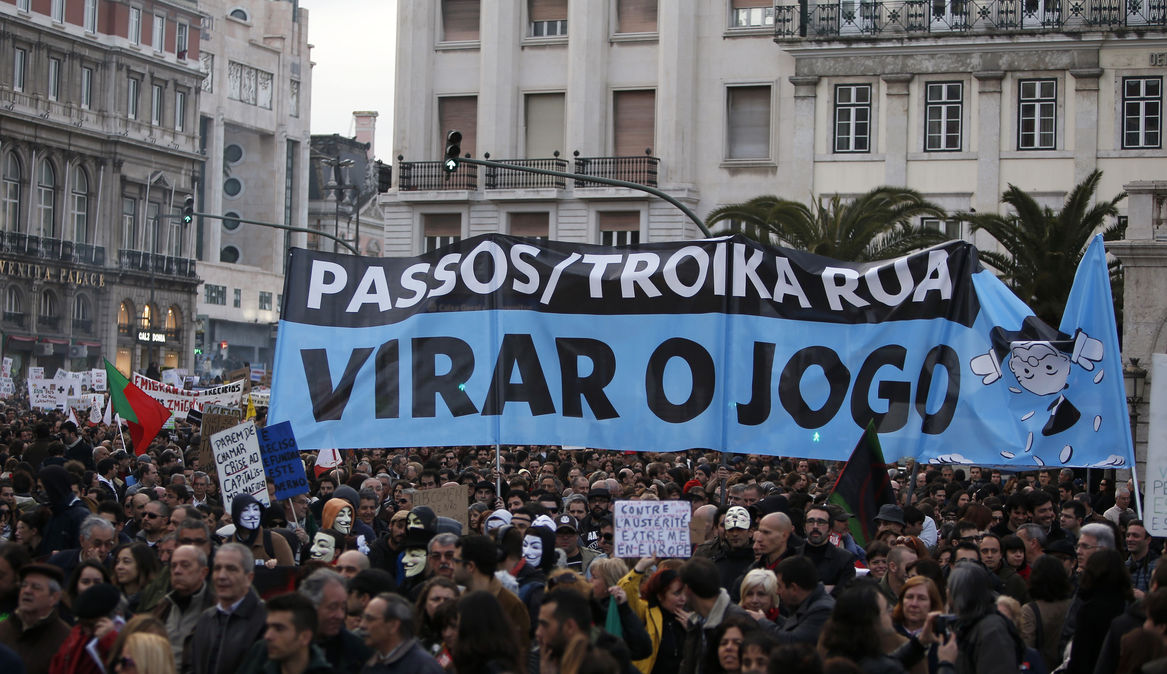 В Португалии десятки тысяч протестуют против мер жесткой экономии