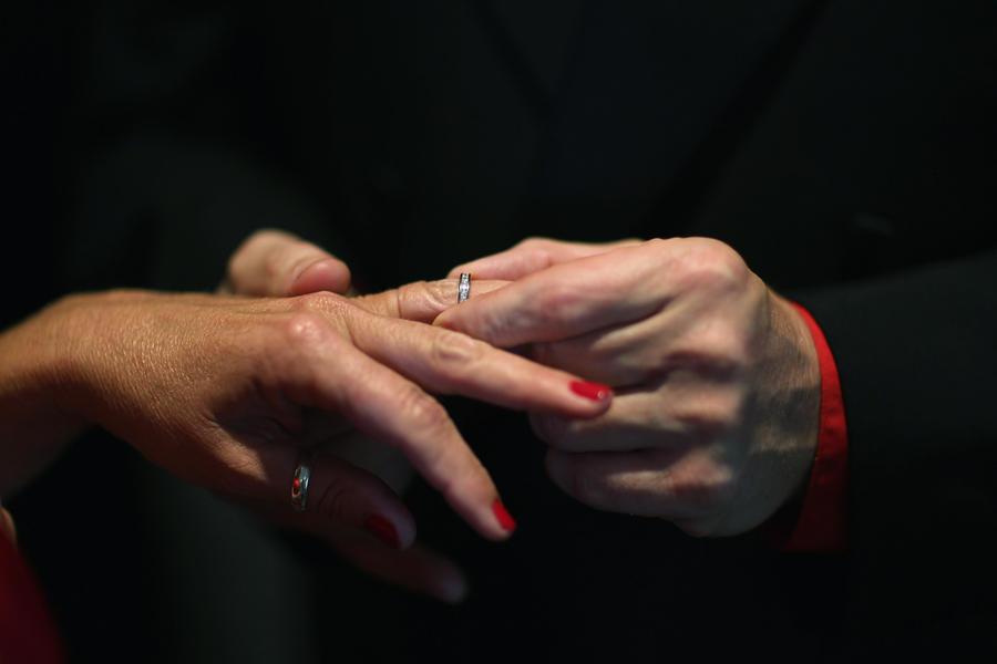 В Гонконге транссексуалам разрешат вступать в брак