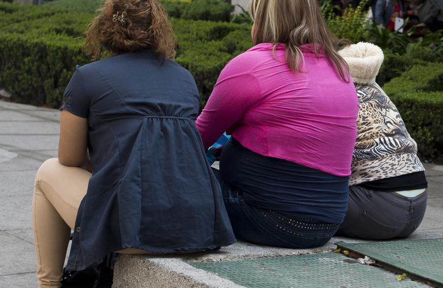 Британские врачи тренируются перед работой, наряжаясь в толстяков