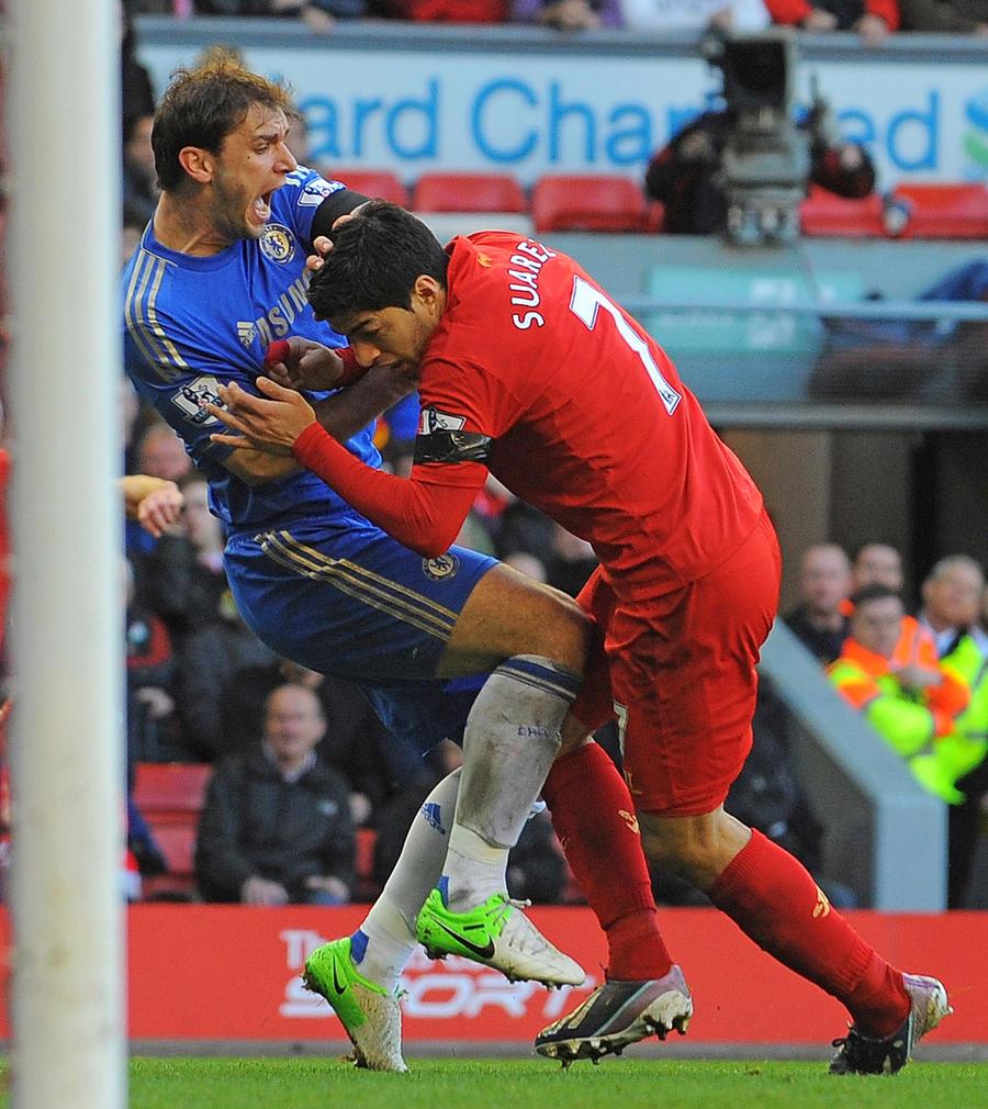 Нападающего «Ливерпуля» могут дисквалифицировать за укус соперника из «Челси»