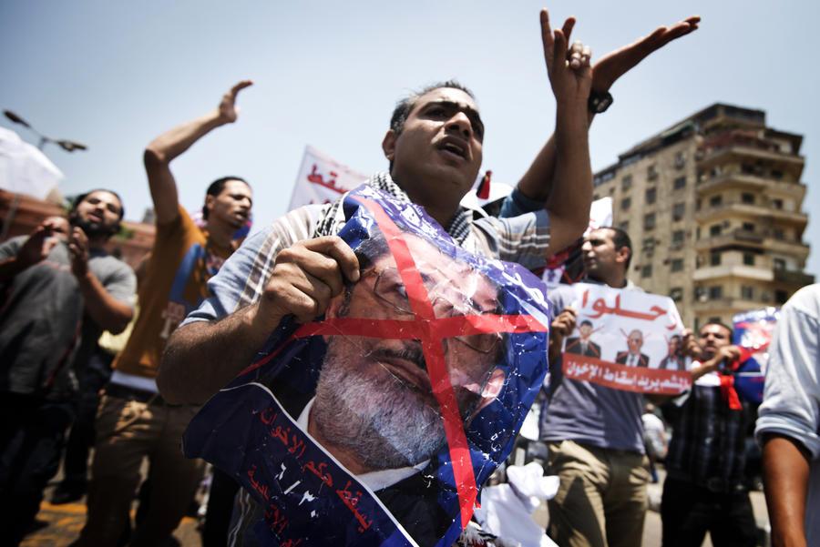 Протестующие в Каире требуют отставки президента Египта и передачи власти министру обороны