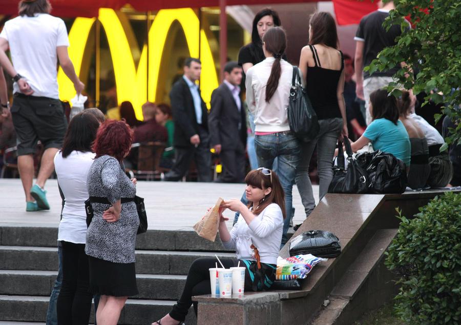 СМИ: Бороться с фастфудом в России будут при помощи социальной рекламы