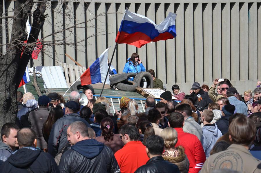 Гражданские активисты ожидают штурма здания СБУ в Луганске киевскими силовиками в ночь на воскресенье