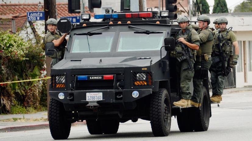 Отряд полицейских ворвался в дом с гранатами, чтобы арестовать виновника драки в баре