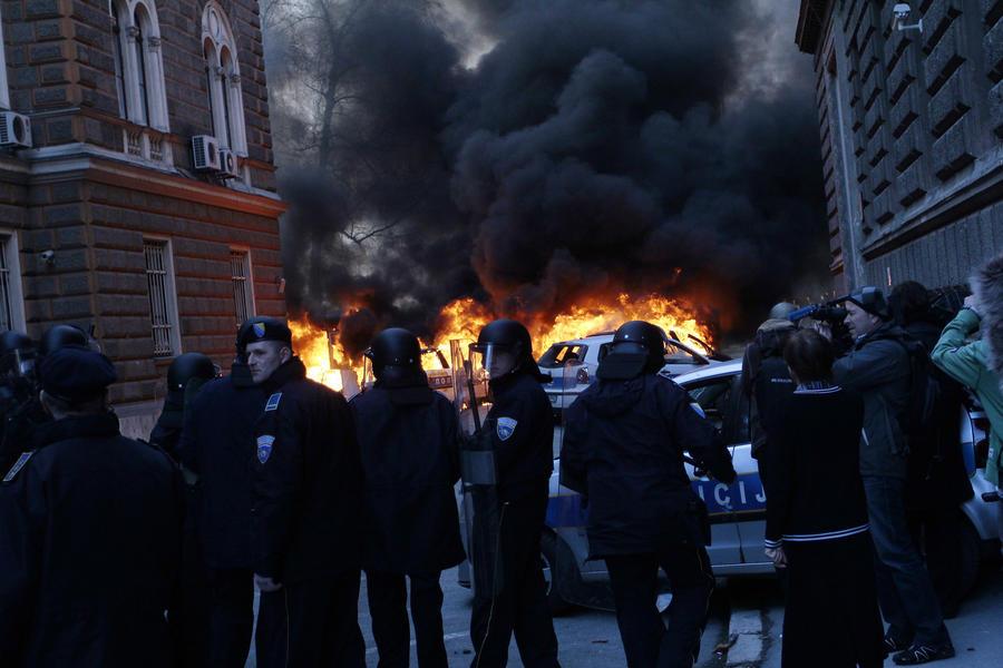 Полиция применяет водомёты для разгона демонстрантов  в Сараево