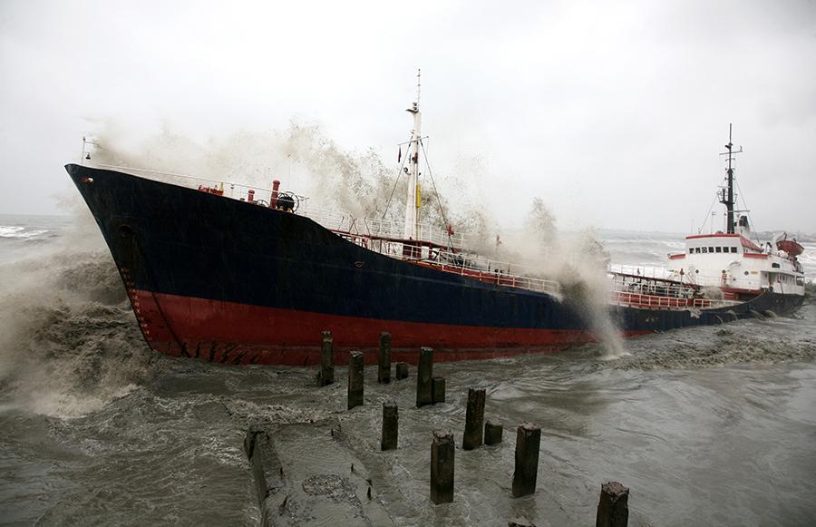 Два судна терпят бедствие у берегов Турции