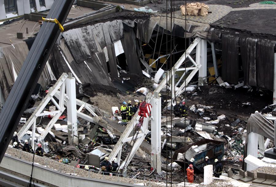 Число погибших под завалами обрушившегося торгового центра в Риге достигло 50 человек