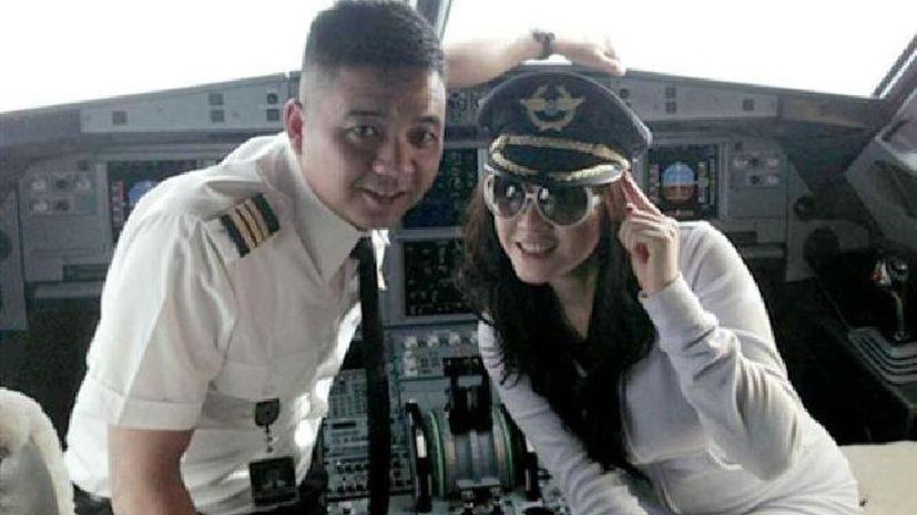 Вьетнамские пилоты бросили штурвал, чтобы сфотографироваться с моделью